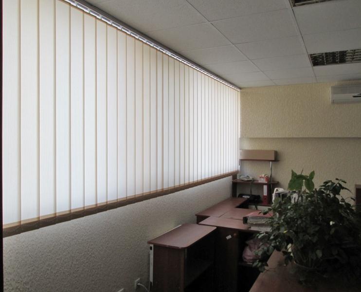 Vertikalnye zhalyuzi dlya ofisnogo pomeshheniya фото